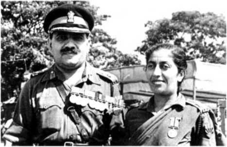 Генерал Тевари получает медаль ПВСМ, 1977 г. (с женой, д-ром Камлой Тевари)