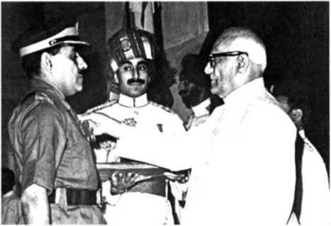 Генерал Тевари получает медаль АВСМ от Президента Индии, 1972 г.